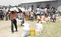 [Kenya] People Queuing for food Aid.