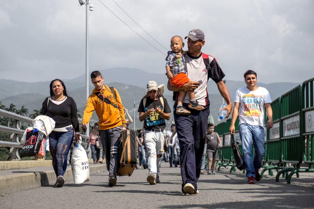 Image of Venezuelan migrants crossing the Simón Bolívar International Bridge