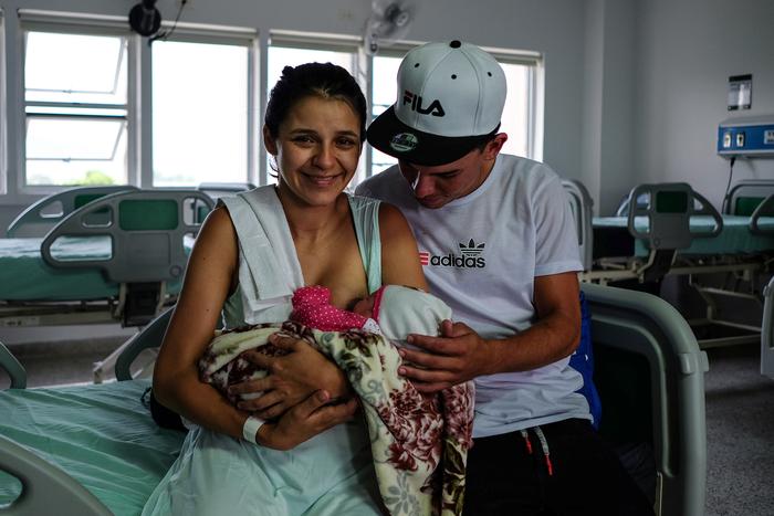 María Abarracin, 20, y su marido Mario Barajas mantienen su Hilary bebé recién nacido en el Hospital Universitario Erasmo Meoz en Cúcuta.