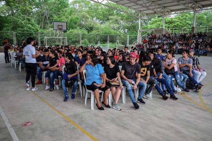 Cientos de personas esperando en la oficina de registro de Prados del Este en Cúcuta.