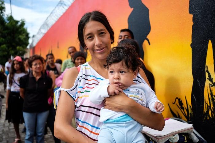 Roxana Bautista, de 20 años, sostiene a su hijo de seis meses, Keyner, en un centro de salud en La Parada, Cúcuta.
