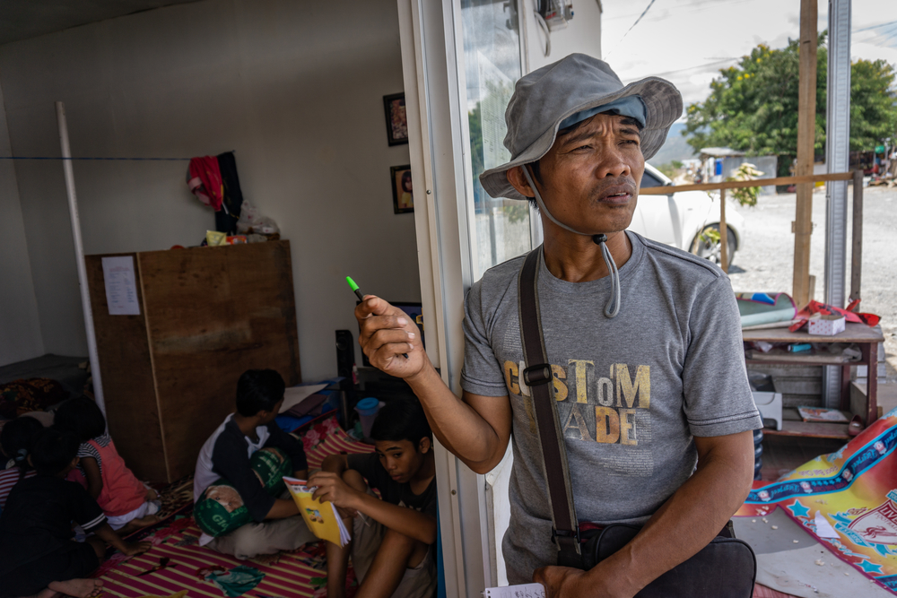 Yardin Hasan interviews residents of a temporary shelter in Palu for Kabar Sulteng Bangkit.