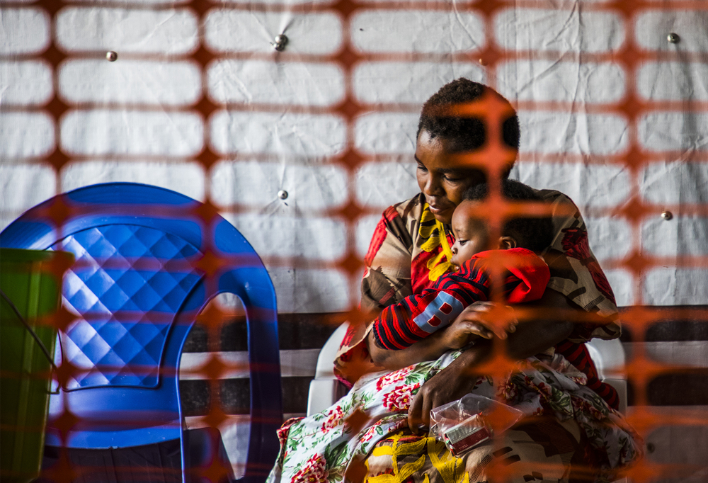 Photo of mother holding child in Ebola quarantine in Democratic Republic of Congo