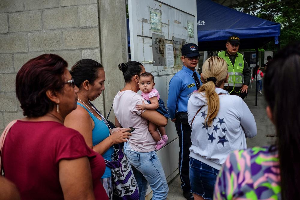 People lining up at the door of Prados del Este registration office in Cúcuta.