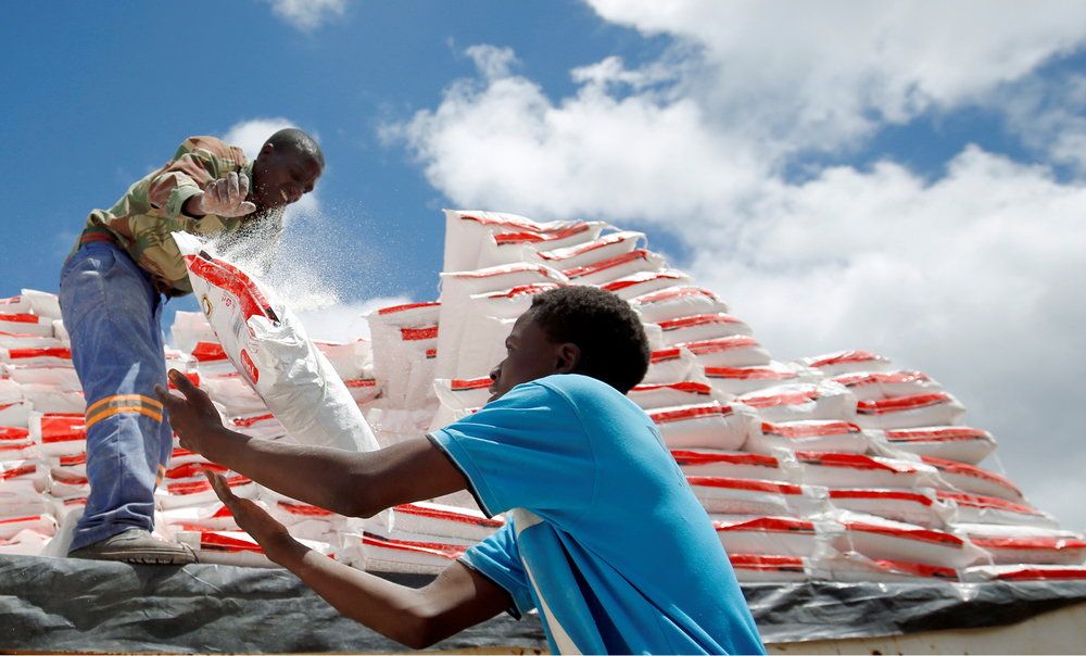 Aid workers offload maize meal for victims of Cyclone Idai in Chipinge, Zimbabwe, 24 March 2019.